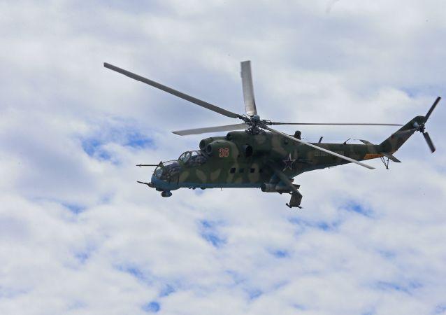 Helicóptero Mi-35 da infantaria naval das forças costeiras da Marinha da Rússia durante exercícios Derby Báltico-2015, na região de Kaliningrado