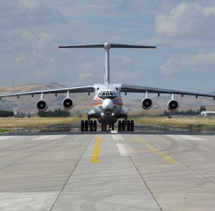 Avião pesado de transporte militar Il-76 com componentes dos sistemas S-400 na base aérea de Murted, na província de Ancara, Turquia
