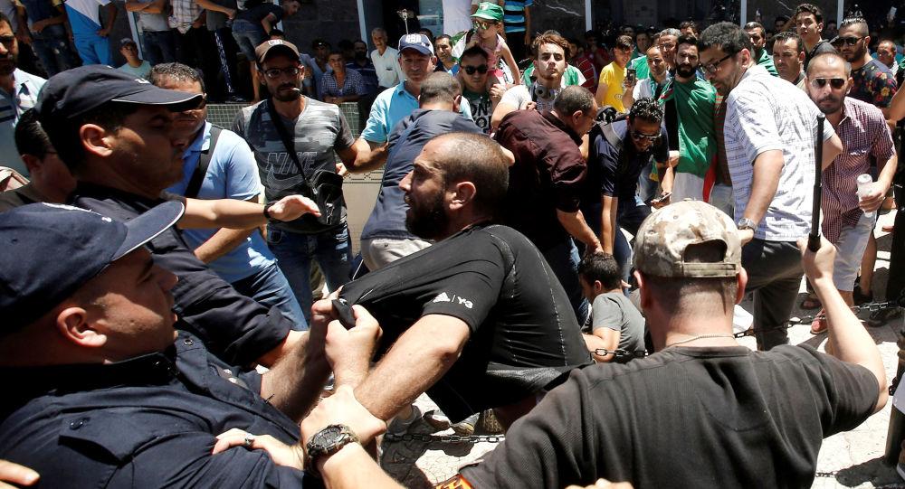 Policiais e manifestantes entram em confronto em Argel, capital da Argélia (arquivo)