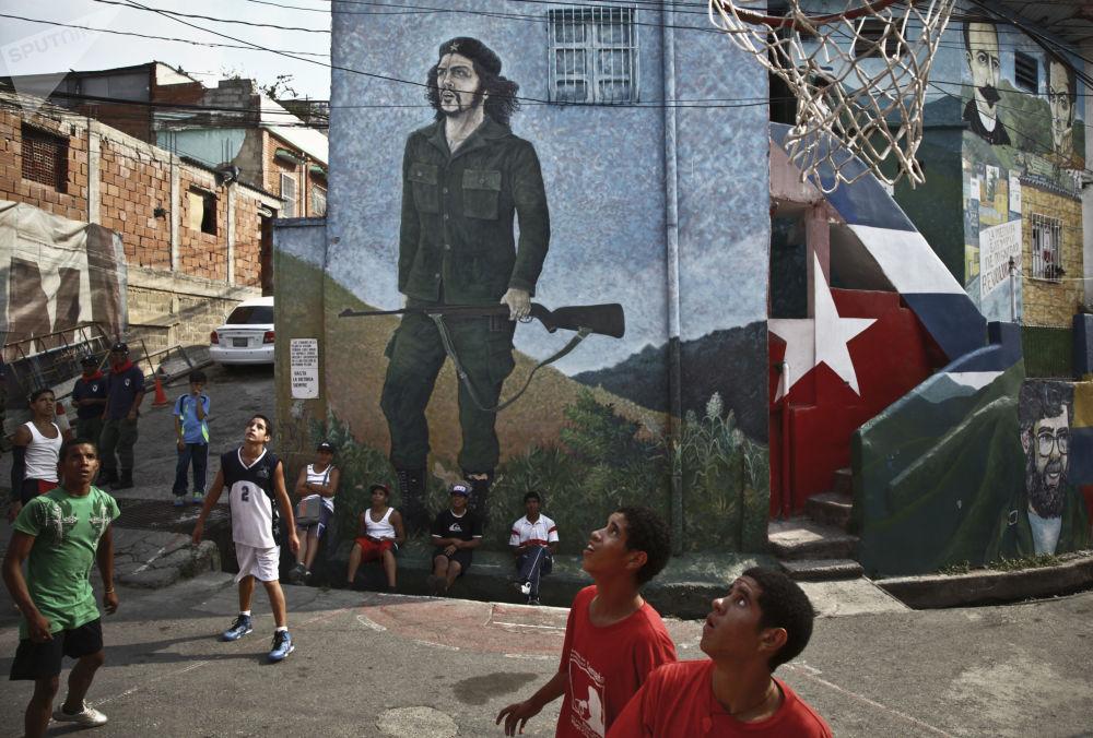 Crianças jogam no bairro 23 de Janeiro, em Caracas