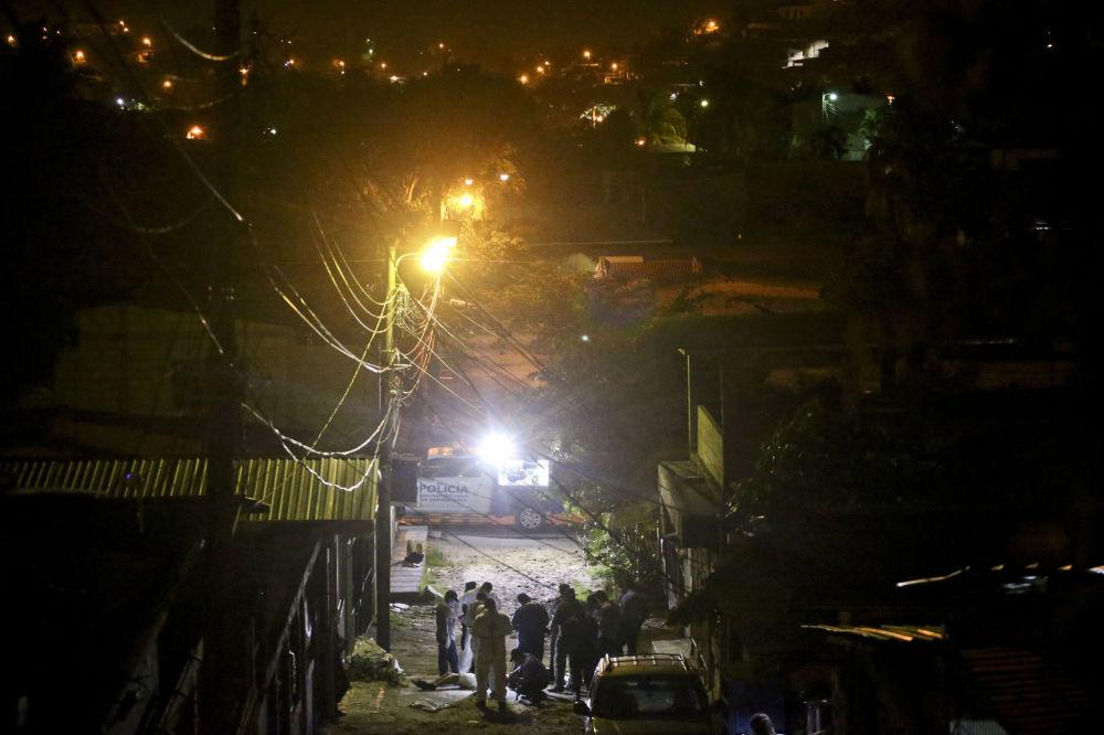 Polícia no lugar do assassinato de um jovem no bairro de Chamelecon da cidade de San Pedro Sula, Honduras