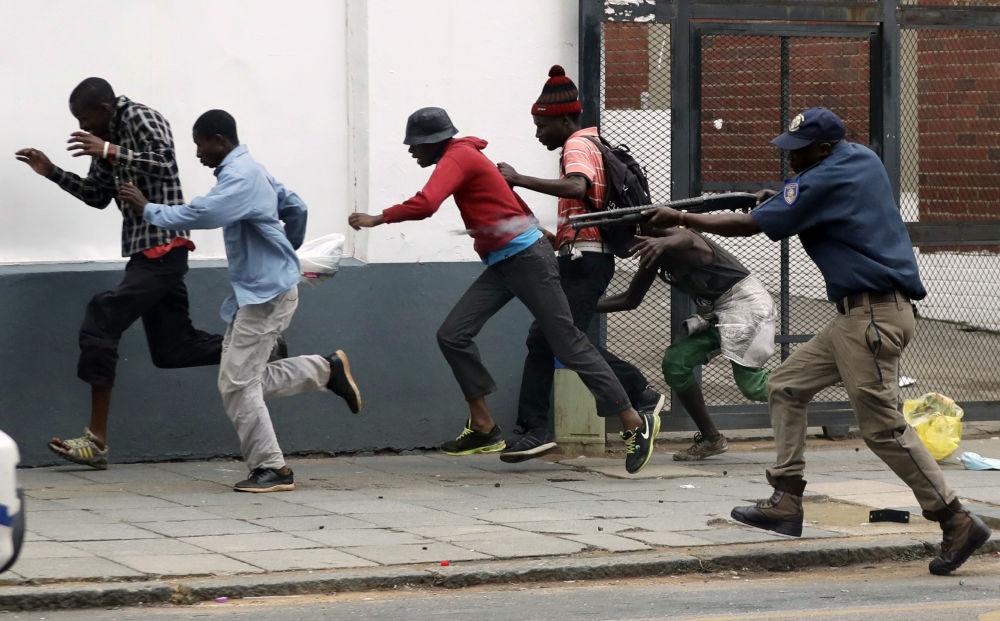 Policial dispersa manifestantes durante protestos contra imigração em Pretória, na África do Sul
