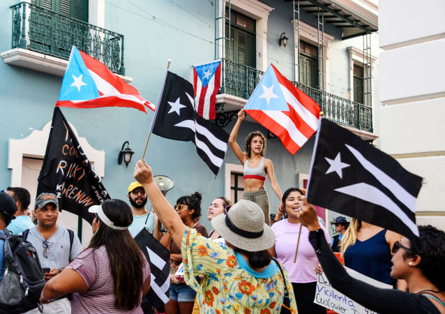 Manifestantes protestam em San Juan, capital de Porto Rico, pedindo a renúncia do governador da ilha, Ricardo Rossello
