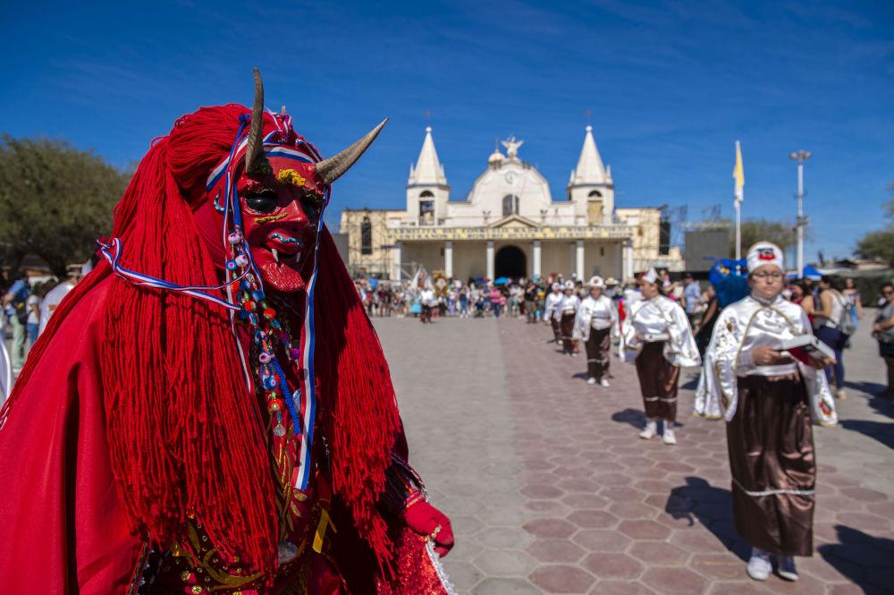 Dançarinos em trajes tradicionais durante carnaval religioso na cidade de La Tirana, no Chile