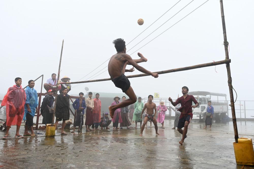 Habitantes locais jogando chinlone, um esporte tradicional da Birmânia