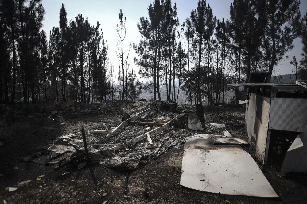 Ruínas de armazém após incêndio em Relva, no centro de Portugal, 21 de julho de 2019