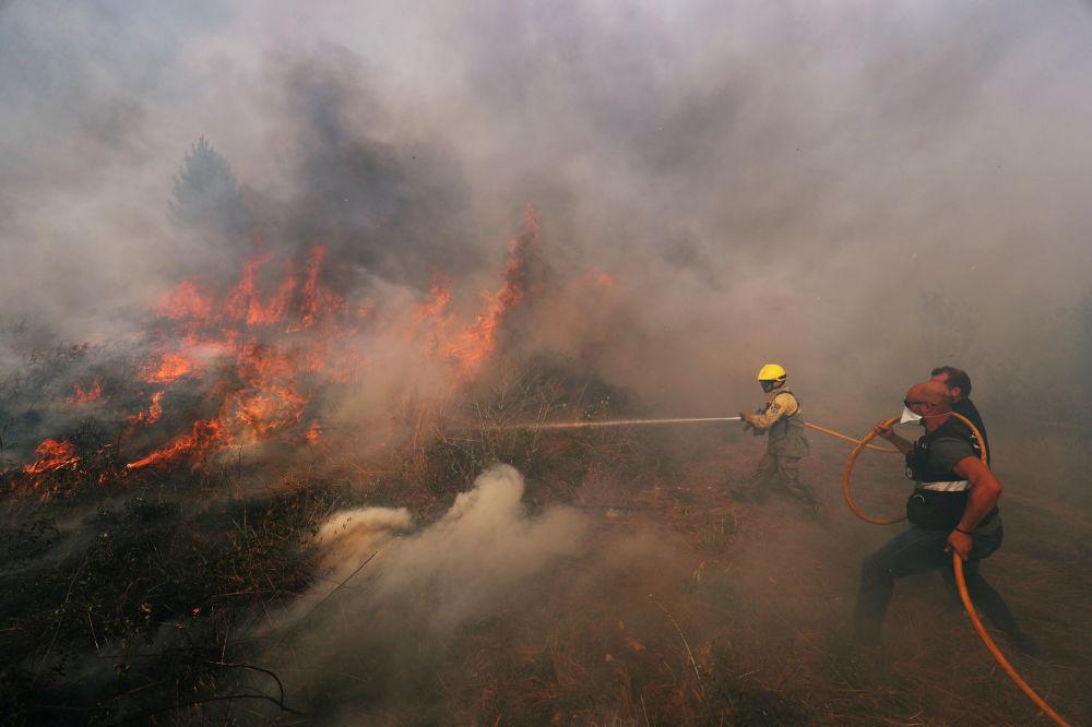 Bombeiros ajudam a apagar incêndio florestal perto de Vila de Rei, Portugal, 21 de julho de 2019