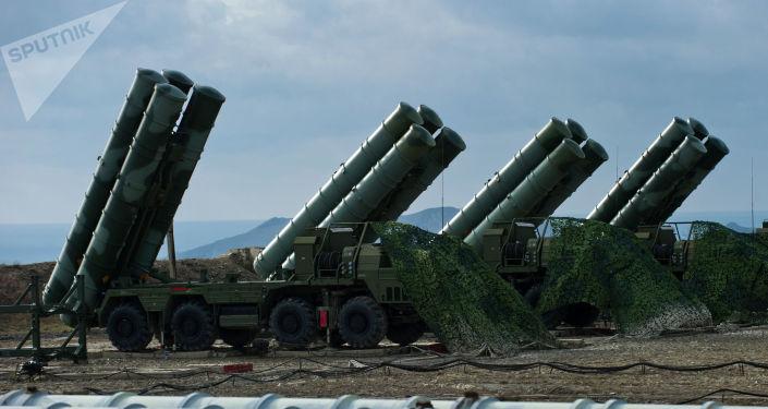 Sistemas de mísseis S-400 Triumph do regimento de defesa antiaérea na cidade russa de Teodósia, na Crimeia