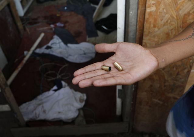 Homem segura balas utilizadas em uma operação policial na favela Nova Jerusalém, no Rio