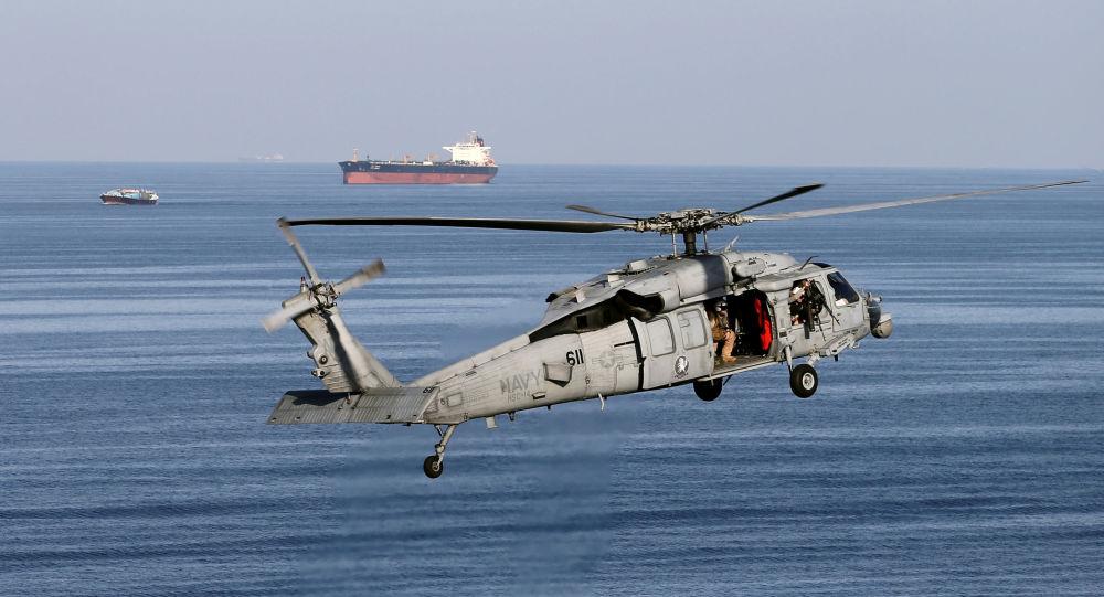 Helicóptero MH-60S voa enquanto o navio USS John C. Stennis chega ao Golfo através do estreito de Ormuz, 21 de dezembro de 2018 (imagem de arquivo)
