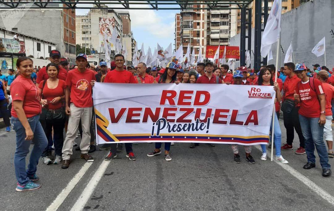 Apoiadores do governo Maduro seguram cartaz para apoiar o Foro de São Paulo, em Caracas (Venezuela)