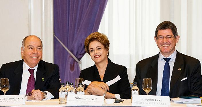 A presidenta do Brasil, Dilma Rousseff, acompanhada do chanceler Mauro Vieira e do ministro da Fazenda, Joaquim Levy, durante encontro com empresários em Nova York