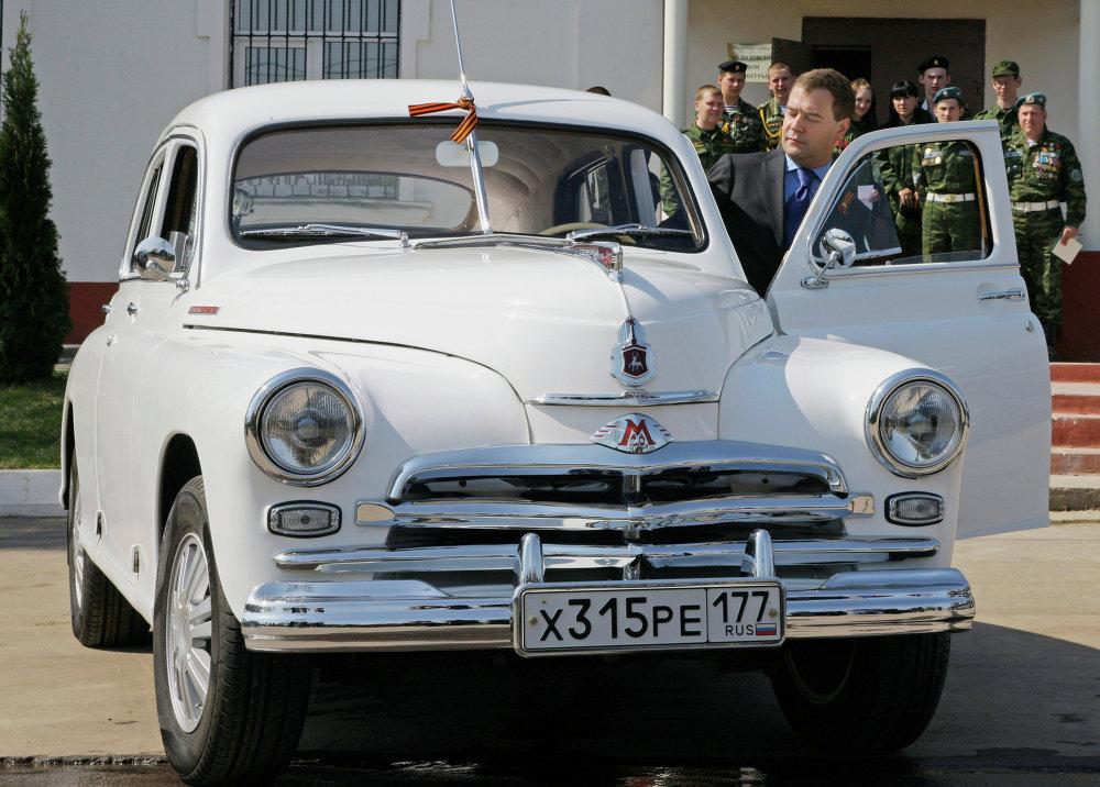Dmitry Medvedev entra num GAZ-M20 Pobeda (Vitótia).