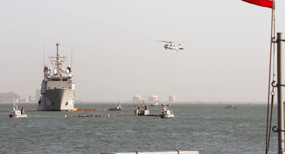 Navios americanos da Quinta Frota Militar perto da capital do Bahrein Manama
