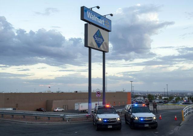 Polícia perto do centro comercial Walmart, em El Paso, Texas