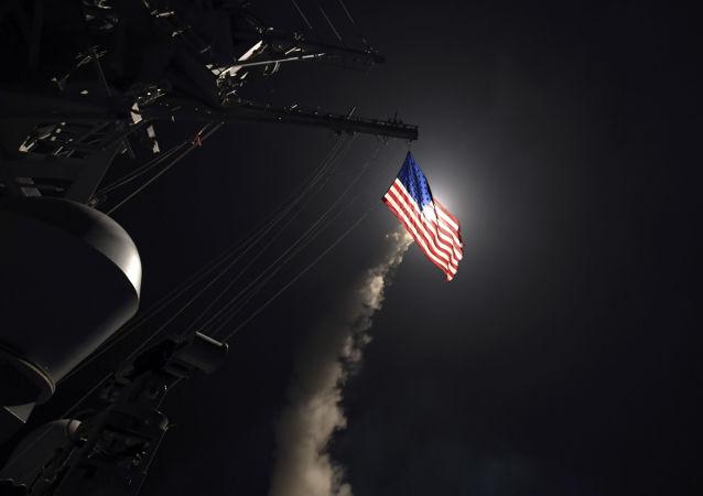 Destróier americano USS Porter lança míssil Tomahawk no mar Mediterrâneo em 7 de abril de 2017
