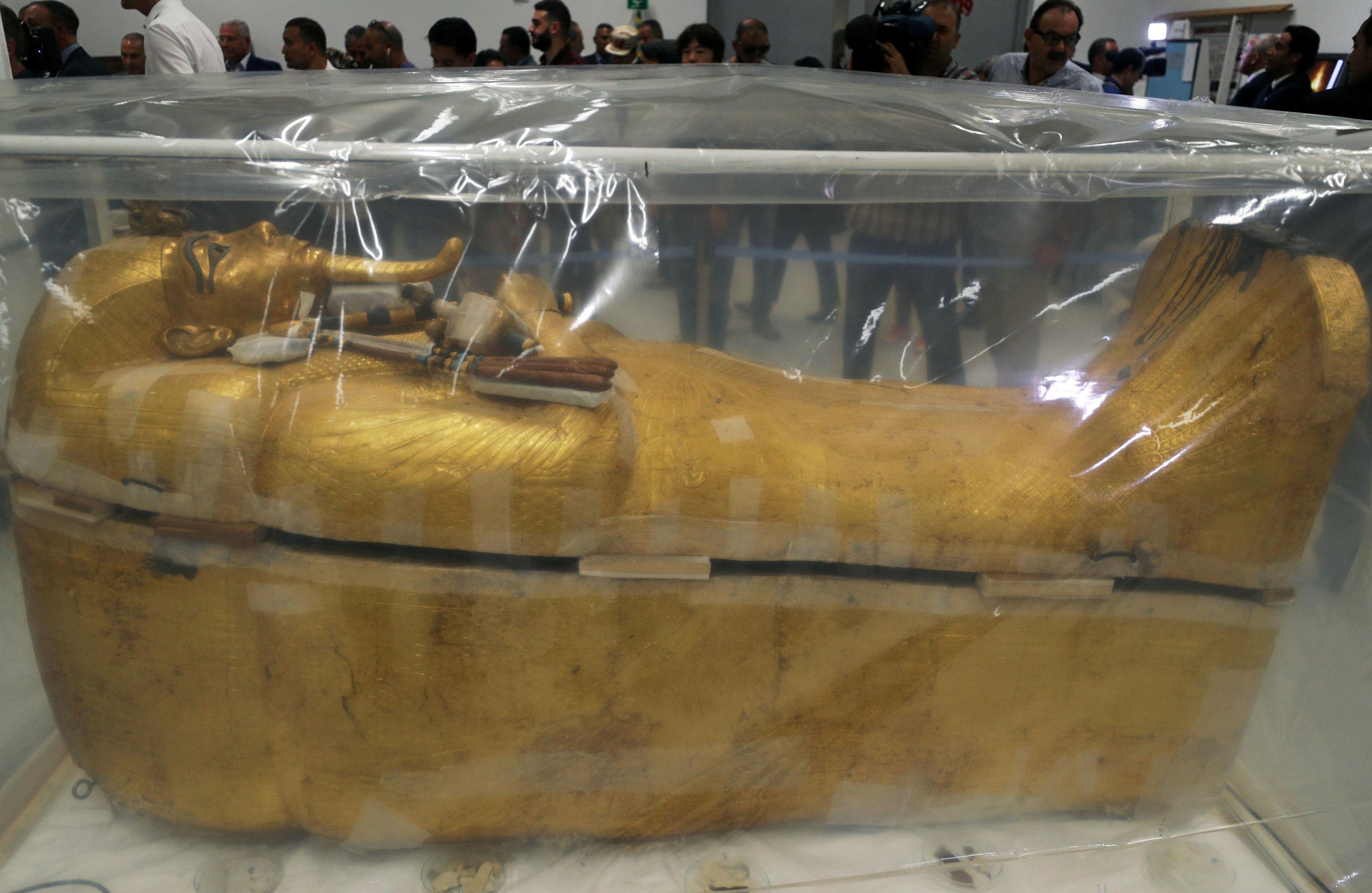 Sarcófago do jovem rei Tutancâmon é visto durante os trabalhos de restauração no Grande Museu Egípcio em Gizé