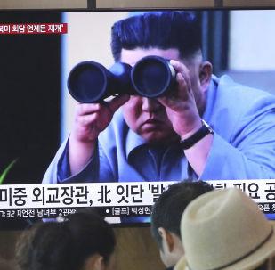 Líder da Coreia do Norte, Kim Jong-um, em um programa de notícias na televisão transmitido na Coreia do Sul