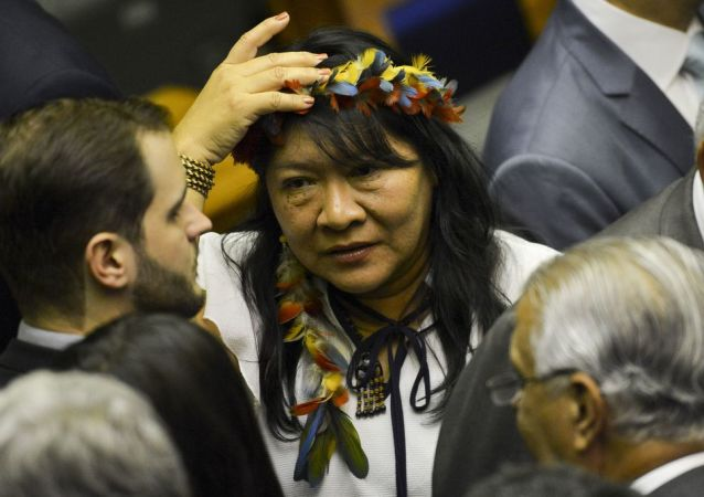 A deputada Joênia Wapichana, primeira mulher indígena eleita, durante sessão de posse dos Deputados Federais para a 56ª Legislatura.