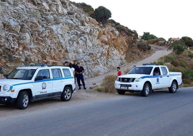 Autoridades gregas bloqueiam estrada perto do local onde foi encontrado o corpo da cientista britânica Natalie Christopher, na ilha de Icária