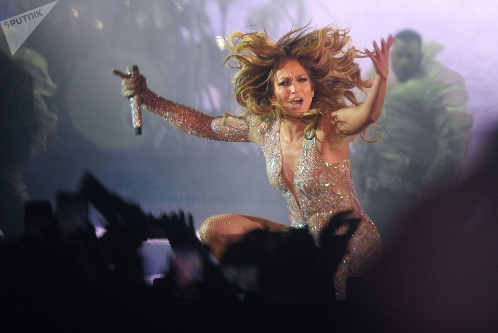 A cantora norte-americana Jennifer Lopez no concerto em Moscou