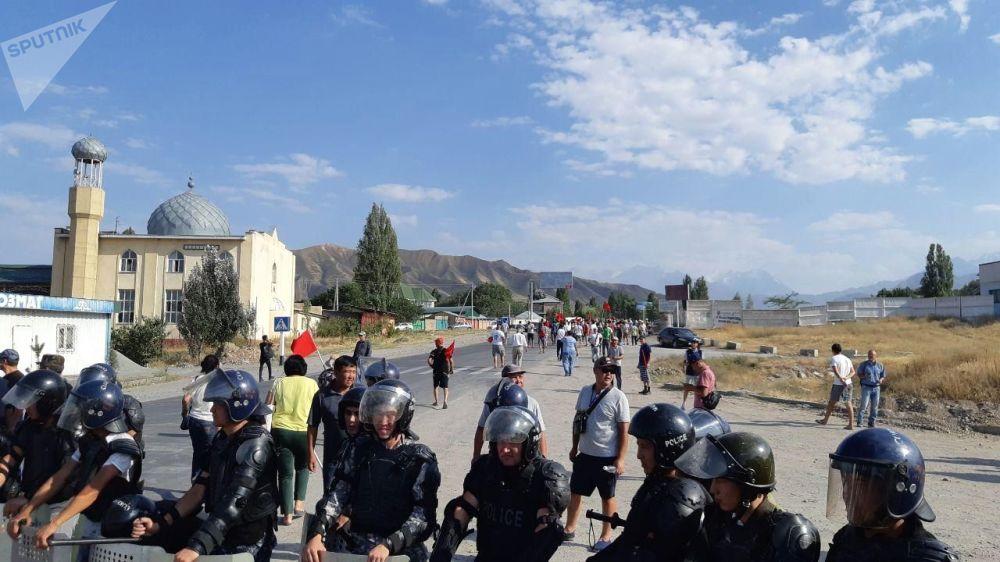 Polícia e habitantes locais do povoado de Koy-Tash, no Quirquistão, onde os apoiadores do ex-presidente Almazbek Atambaev repeliram a tentativa das Forças Especiais de deter o político