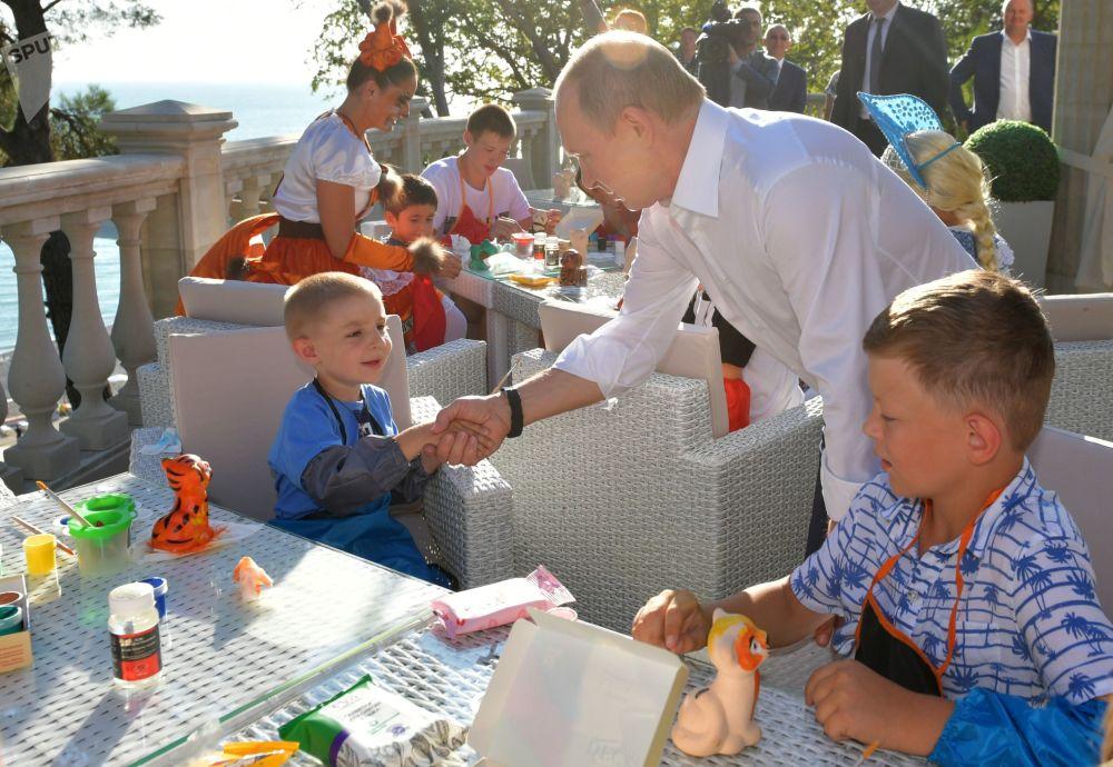 Presidente russo, Vladimir Putin, durante o encontro em Sochi com crianças cujas famílias foram afetadas pelas inundações na região de Irkutsk