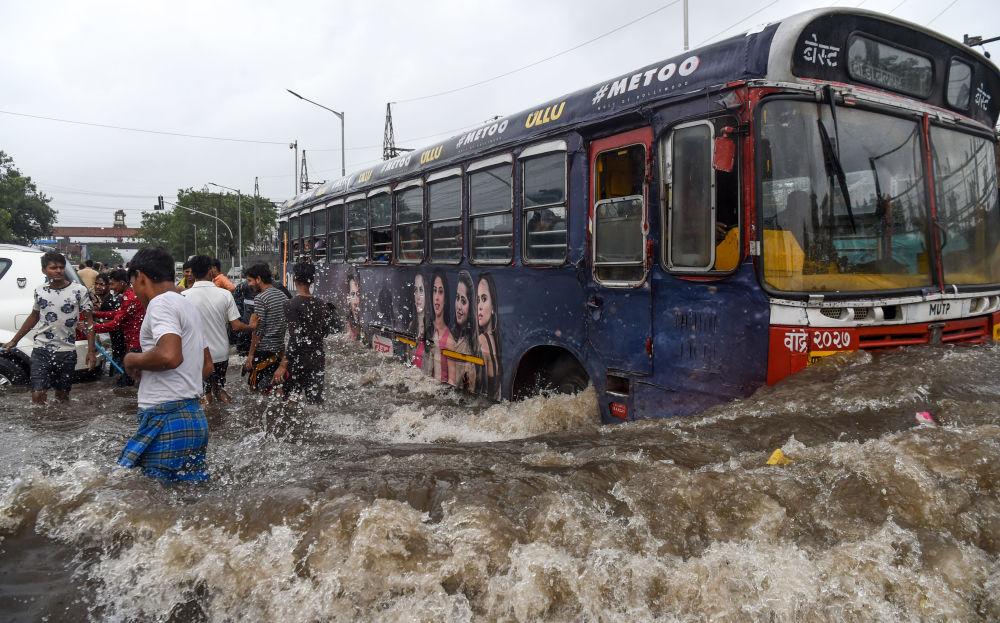 Ônibus em uma rua inundada após fortes chuvas em Mumbai, na Índia