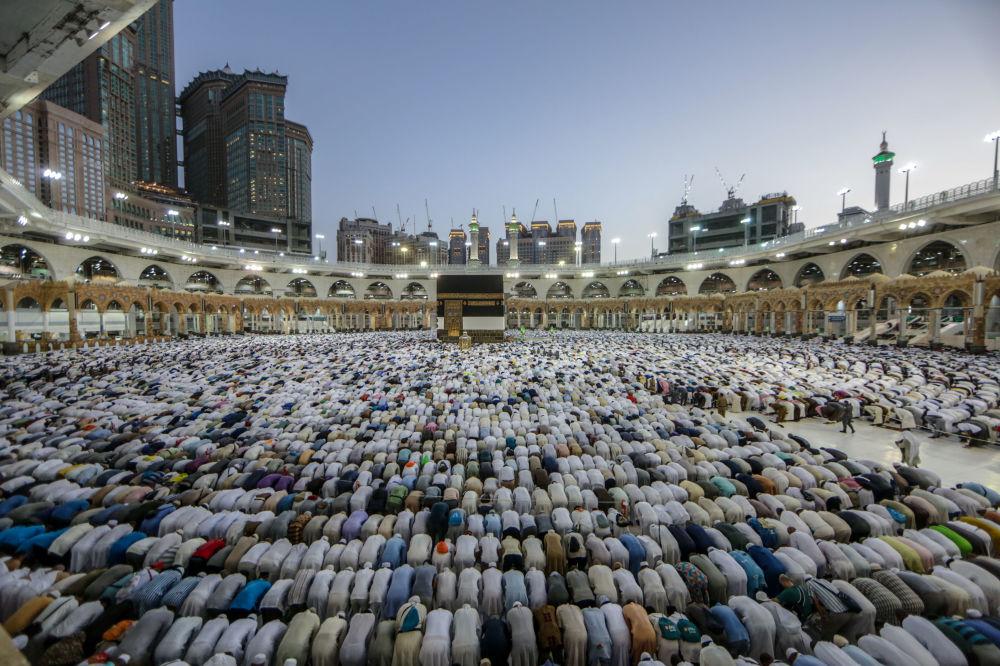 Peregrinos muçulmanos em volta da Caaba (enorme cubo feito de pedra considerado sagrado) no recinto da Grande Mesquita em Meca