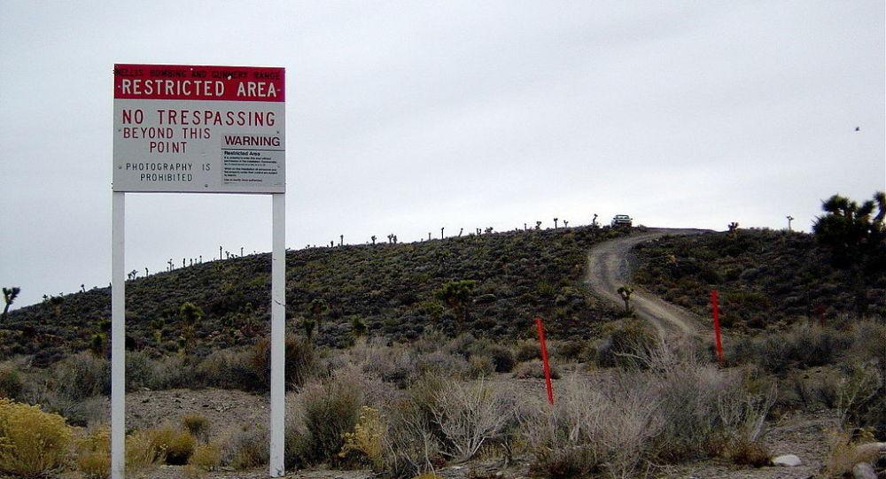 Sinal de aviso perto da base secreta Área 51