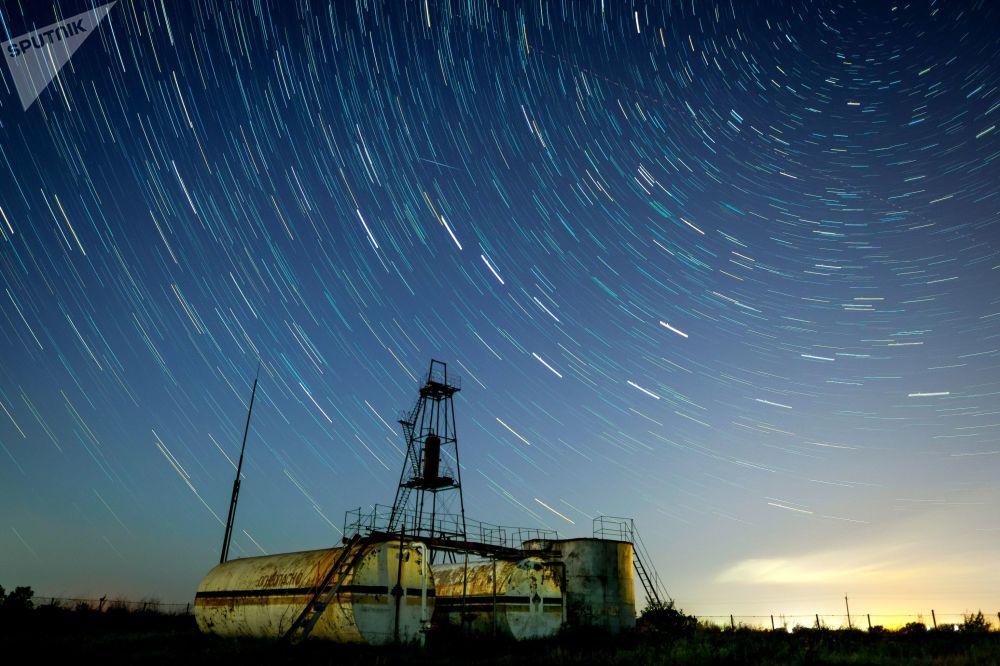 Céu noturno na região russa de Krasnodar durante a chuva de meteoros Perseidas