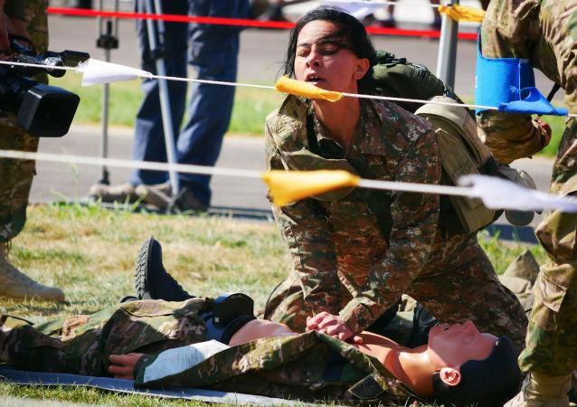 Médicos militares russos durante capacitação de salvamento sem condições hospitalares