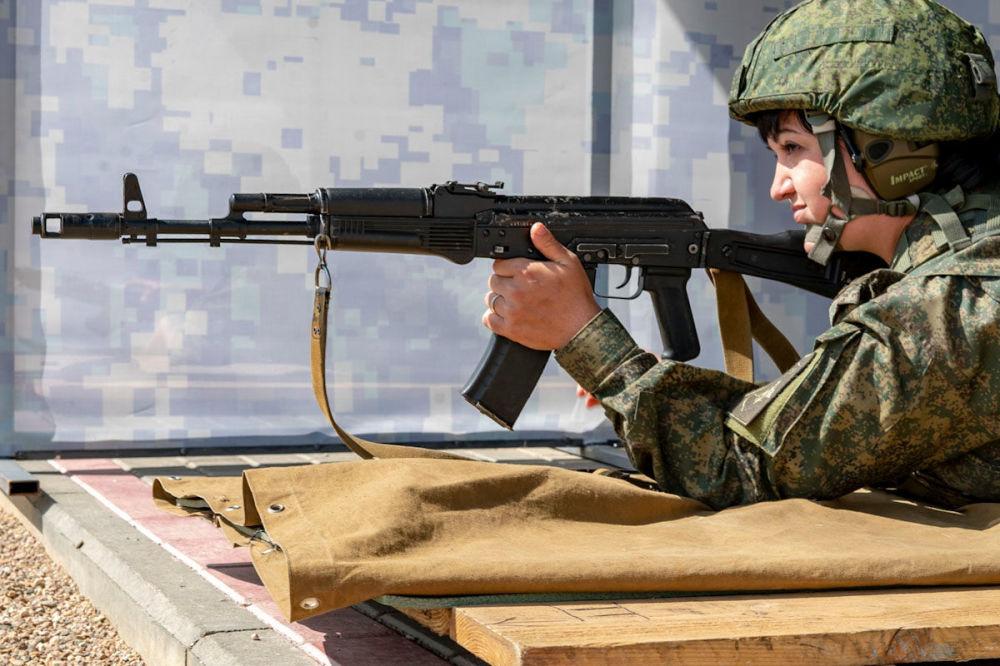Participante do concurso Cozinha de Campo durante competições de preparo de armas de fogo nos Jogos Militares Internacionais 2019
