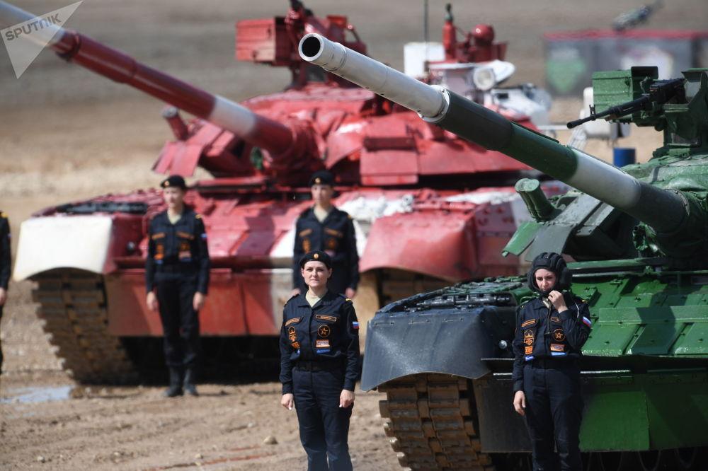 Tripulações dos tanques T-80 da equipe do Exército da Rússia na linha de chegada da Corrida Individual das tripulações femininas do Biatlo de Tanques na 5ª edição dos Jogos Militares Internacionais 2019