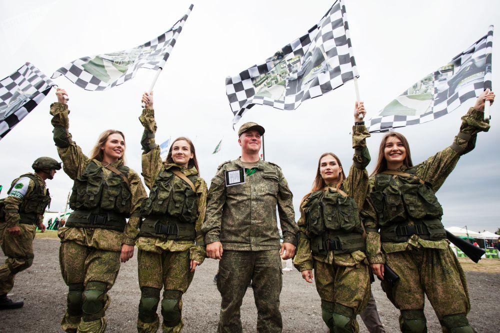 Militares tiram foto antes da final da disciplina Fórmula de Engenharia, nos Jogos Militares Internacionais 2019, no polígono Andreevsky, na região de Tyumen