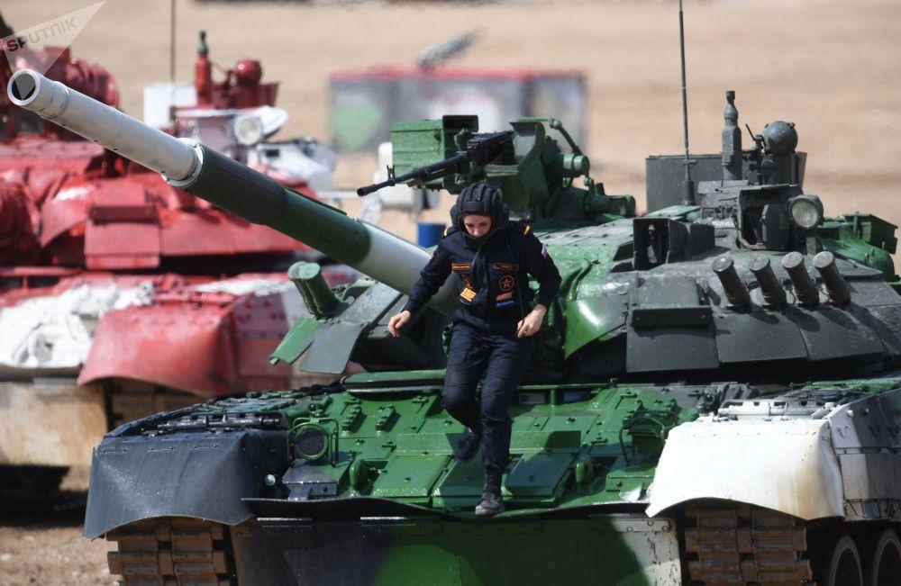 Membro da tripulação do tanque T-80 da equipe da Rússia na linha de chegada da Corrida Individual das tripulações femininas da 5ª edição dos Jogos Militares Internacionais