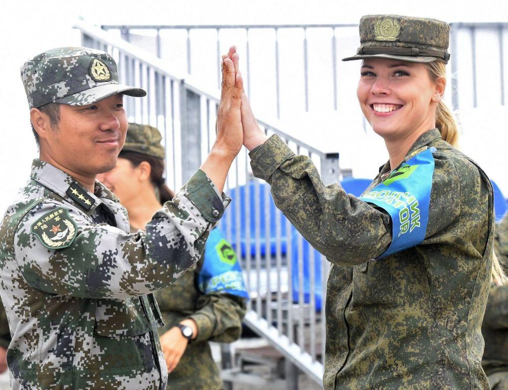 Soldado chinês e soldada russa durante a semifinal do concurso Fórmula de Engenharia, no polígono Andreevsky, na região de Tyumen