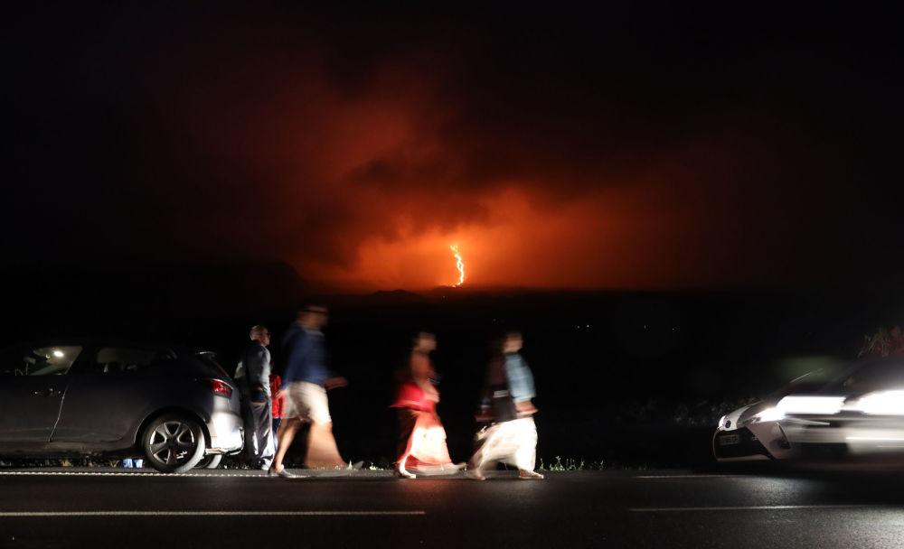 Pessoas caminham observando a erupção do vulcão Piton de la Fournaise na ilha de Reunião, no oceano Índico, 13 de agosto de 2019