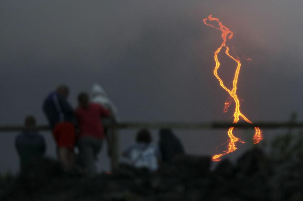 Pessoas observam a lava descendo do vulcão Piton de la Fournaise, na ilha de Reunião, 13 de agosto de 2019
