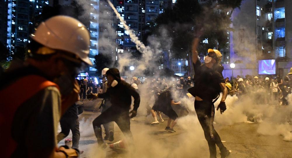 Manifestantesjogam de volta contra a polícia gás lacrimogênico durante protestsos em Hong Kong