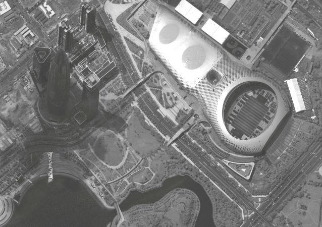 Imagem de satélite mostra mais de 500 veículos militares chineses em um estádio de futebol cerca da fronteira com Hong Kong