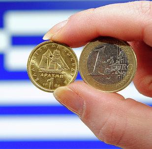 Moedas com bandeira da Grécia ao fundo