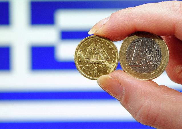 Moedas de euro e dracma com bandeira da Grécia ao fundo
