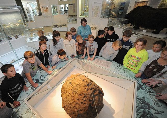 Museu de História Regional de Chelyabinsk expõe fragmento do meteorito que caiu na cidade em 2013.
