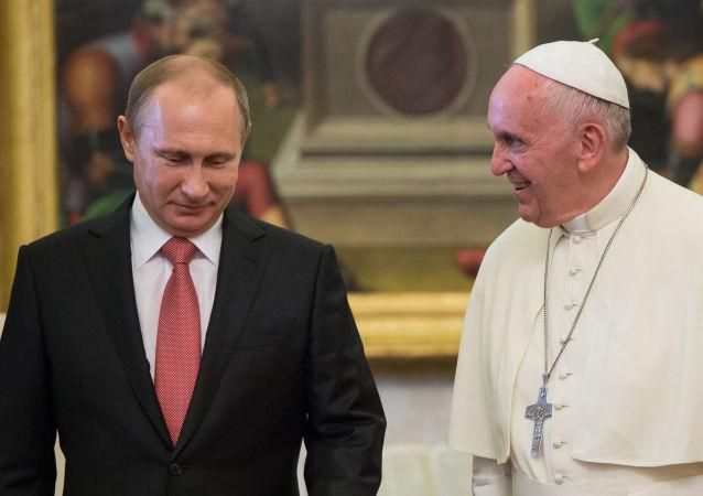 O presidente russo Vladimir Putin e o Papa Francisco durante um encontro no Vaticano em junho de 2015
