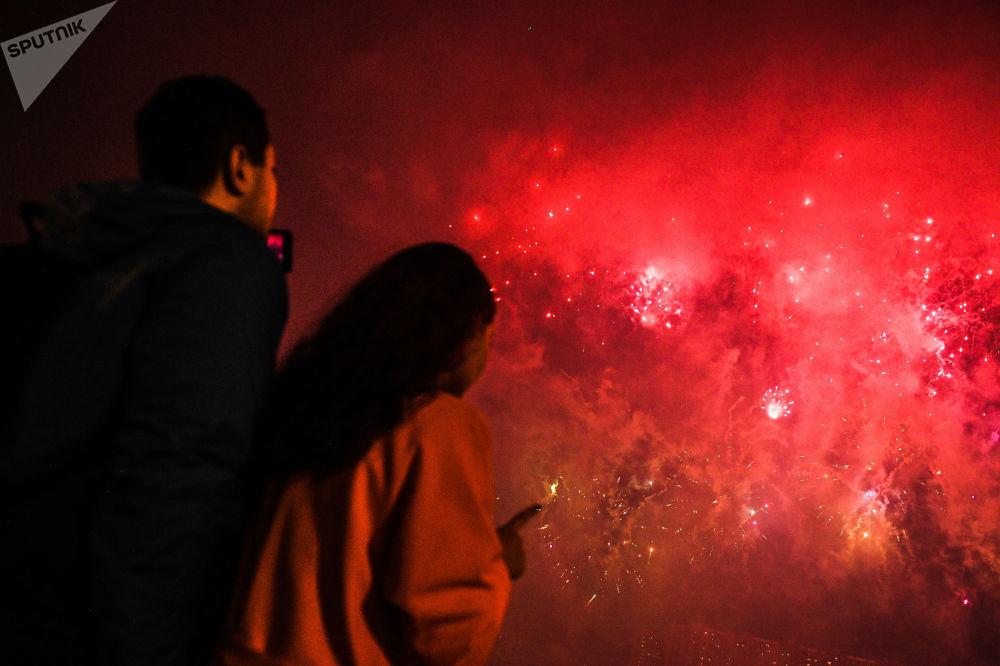 Visitantes observam o Festival Internacional de Fogos de Artifício Rostec em Moscou, 17 de agosto de 2019