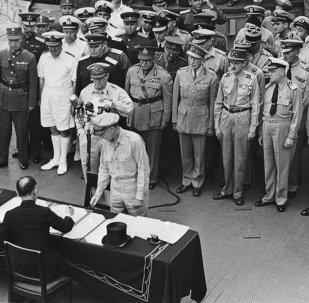 Mamoru Shigemitsu assina os papéis de rendição incondicional do Imperador Hirohito, comprometendo assim o Japão a aceitar a Declaração de Potsdam.