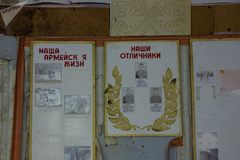 Painéis de informação com fotos de soldados na base militar abandonada de Dvina, perto da cidade de Postavy, na Bielorrússia