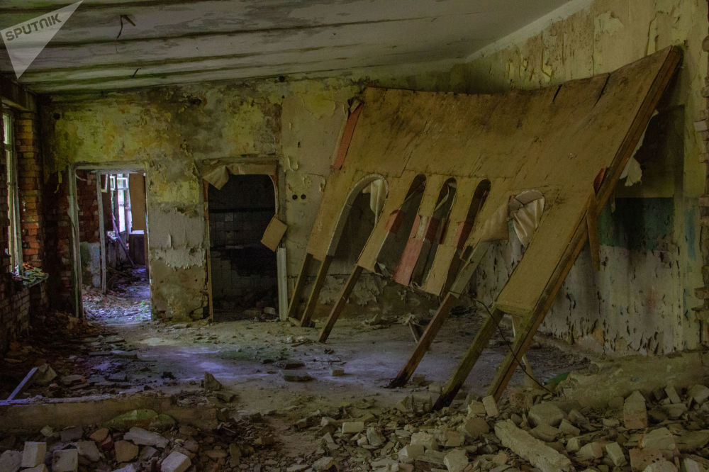 Quarto destruído na base abandonada de Dvina, perto da cidade de Postavy, na Bielorrússia