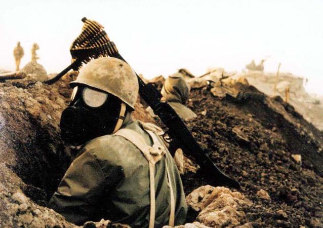 Soldado iraniano com máscara de gás durante a Guerra Irã-Iraque